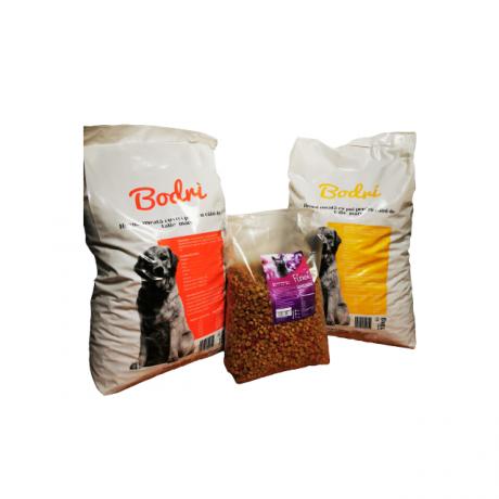 Set format din 2 saci hrana caini de la Bodri, 10 kg per sac, si 1 sac hrana pisica de la Finci, 5 kg